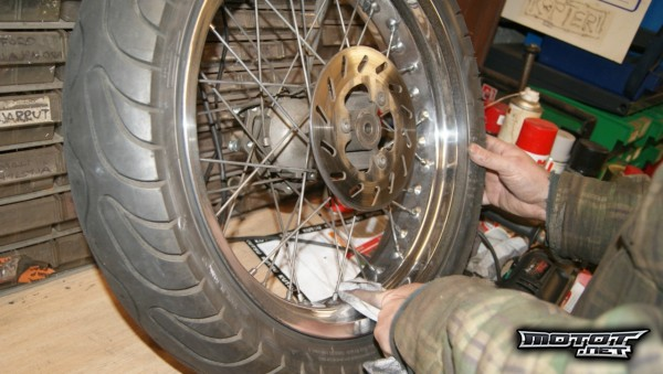Moottoripyörän vanteiden puhdistus